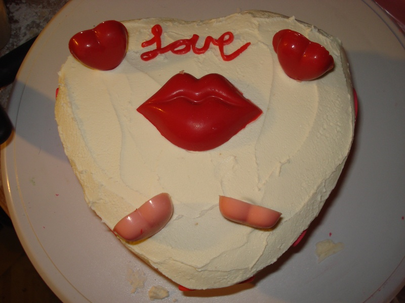 the heart love to kiss cake